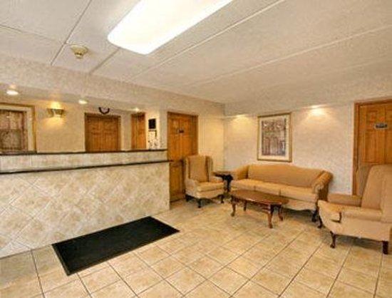 Days Inn - Lenox MA: Lobby