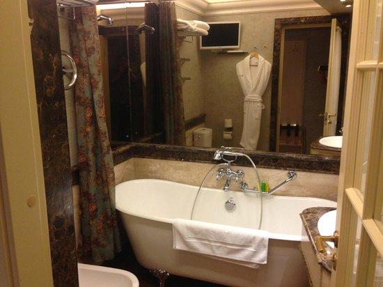 Imperial Hotel & Restaurant(former Ramada): 1st room (Bathroom and Tub)