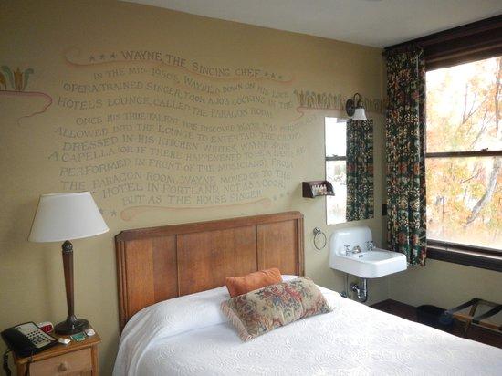 McMenamins Hotel Oregon : Our room, corner fourth floor