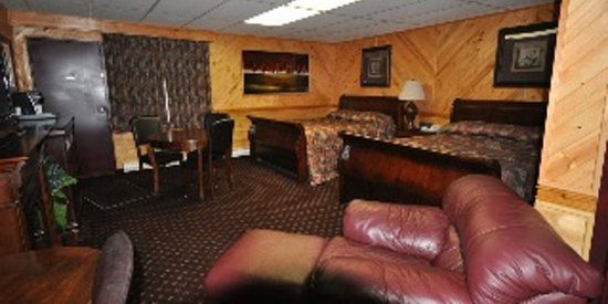 Pinewood Motor Inn: Double Queen Deluxe Room- Room 23