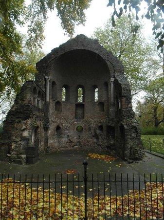 Valkhof Park: Ruine in autumn atmosphere
