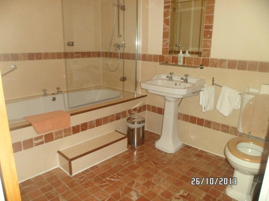 Decoy Country Cottages: Upstairs bathroom with jacuzzi bath, separate toilet downstairs