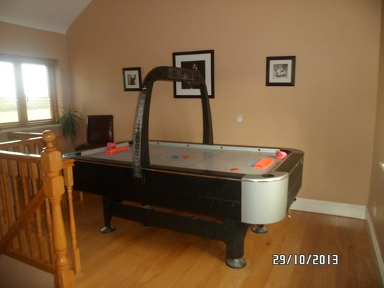 Decoy Country Cottages: Air hockey in The Den