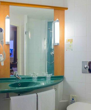 Ibis Praha Old Town: baño, muy limpio y funcional, me encantan estas duchas, las toallas son pocas y malas