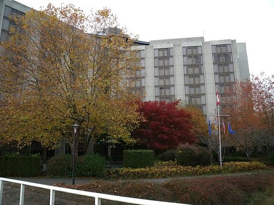 Pacific Gateway Hotel at Vancouver Airport: View from grounds