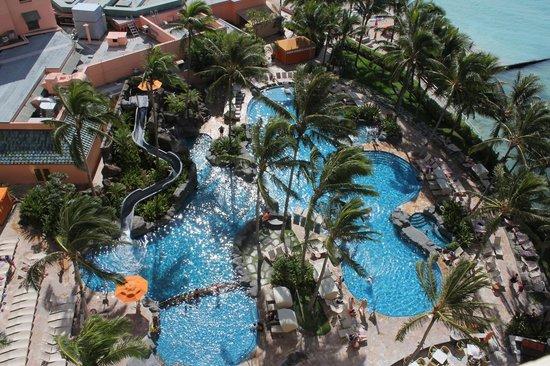 Sheraton Waikiki: Looking down at kids pool
