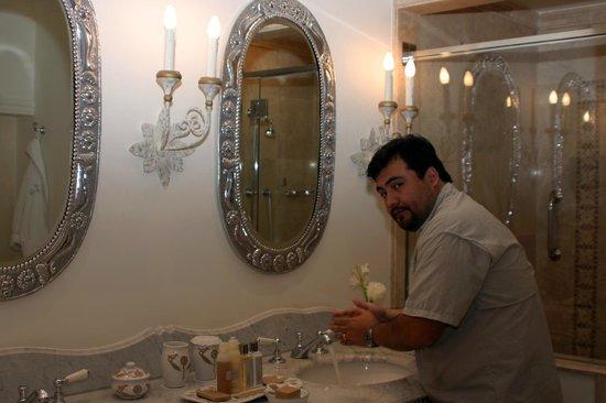 Belmond Palacio Nazarenas: Baño de mármol y plata, con todo lo necesario para sentirse en casa