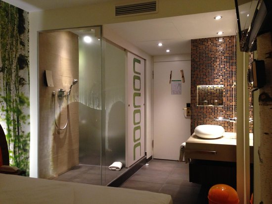Cocoon Stachus : The sliding door door reveals the shower