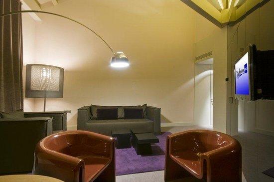Radisson Blu Hotel, Madrid Prado: Suite - living room
