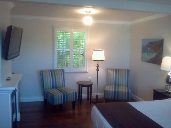 Beach Bungalow Inn and Suites: Sitting area near bed, back window