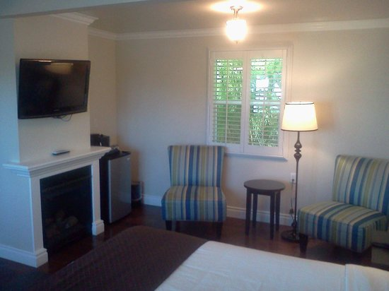 Beach Bungalow Inn and Suites : Fireplace/heating for room--splendid