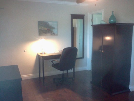 Beach Bungalow Inn and Suites : Desk area in room