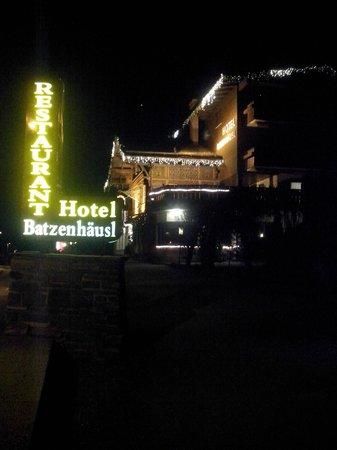 Hotel Eagles Inn: Вот так он выглядит ночью