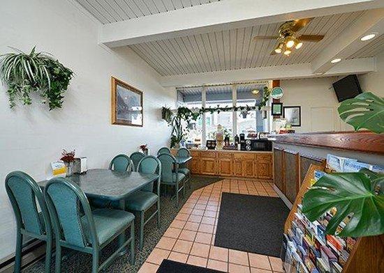 Rodeway Inn & Suites : breakfast area