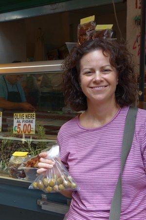 Mercato Ballarò: purchasing olives