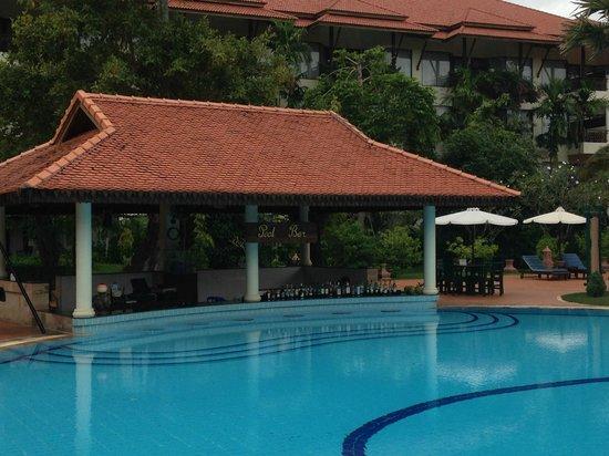 Angkor Palace Resort & Spa: Swim up bar