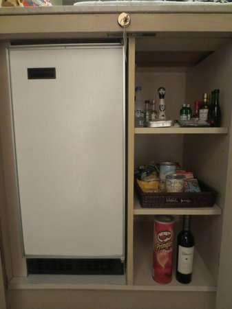 The Phoenician, Scottsdale : Mini fridge and bar