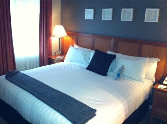 Summit Lodge Boutique Hotel: king size bed