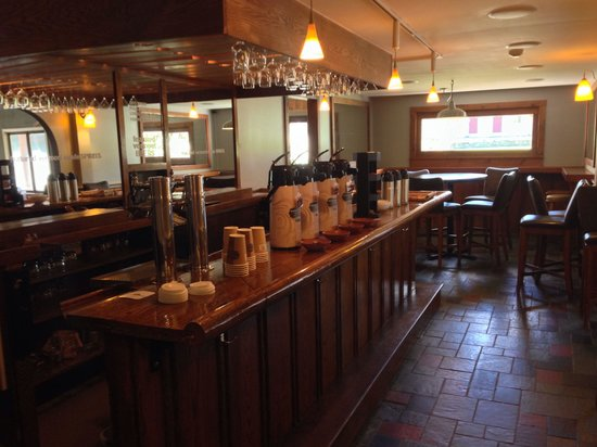 The Upper Pass Lodge : Breakfast coffee bar
