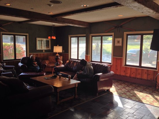 The Upper Pass Lodge: Lounge