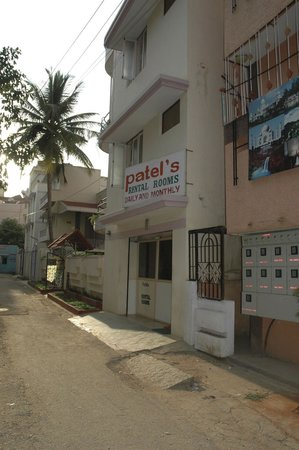 Patel's Lodging: Entrance & Office
