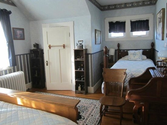 Old Iron Inn Bed and Breakfast: This was my room - very large with 1 queen bed, and 1 twin bed