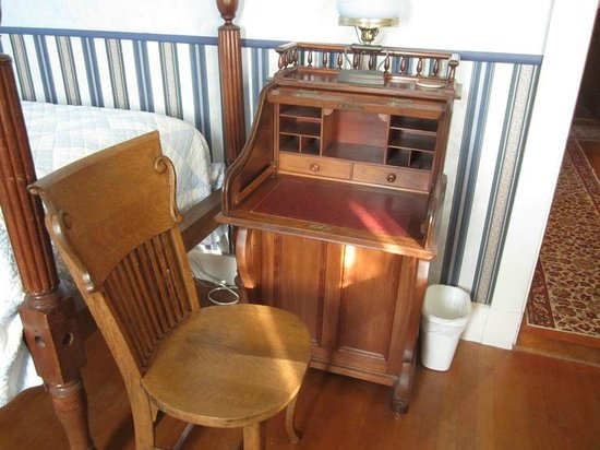 Old Iron Inn Bed and Breakfast: A little desk in my room.  I loved it.