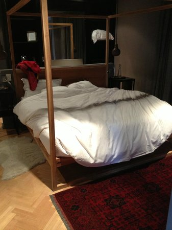 Majeka House: Our King bed in the morning (-;
