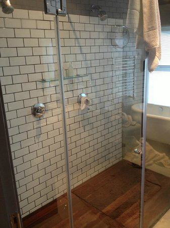 Majeka House: Dual shower heads, Mountain View Suite