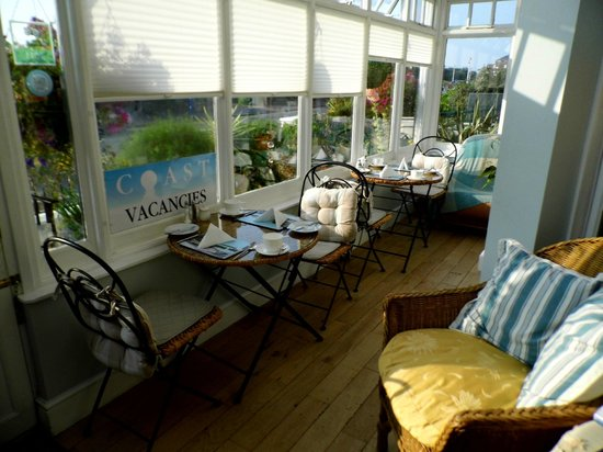 Coast Guest Accommodation: The front dinning area with view to the sea.