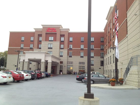 Hampton Inn & Suites Cincinnati/Uptown-University Area: hotel driveway & entrance
