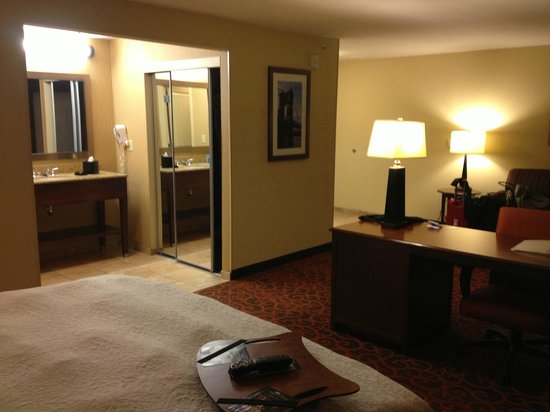 Hampton Inn & Suites Cincinnati/Uptown-University Area: King bed suite