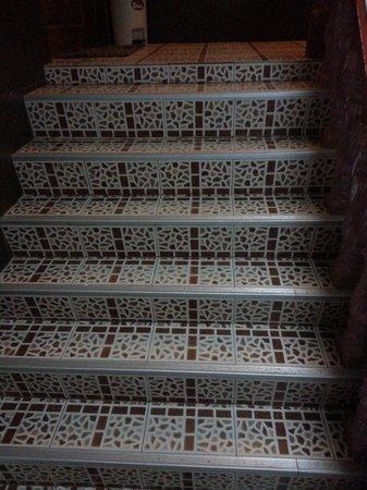 Jirawan Hotel : Watch you step..