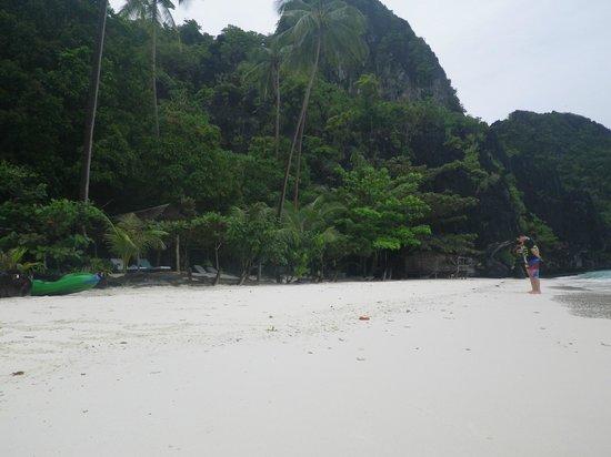 Entalula Island: Long shoreline, great for swimming