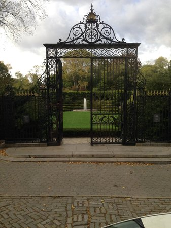 New York City Sightseeing : Entrance to a Garden in Central Park