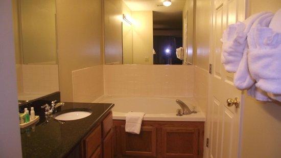 Laurel Crest : Jacuzzi tub side of bathroom