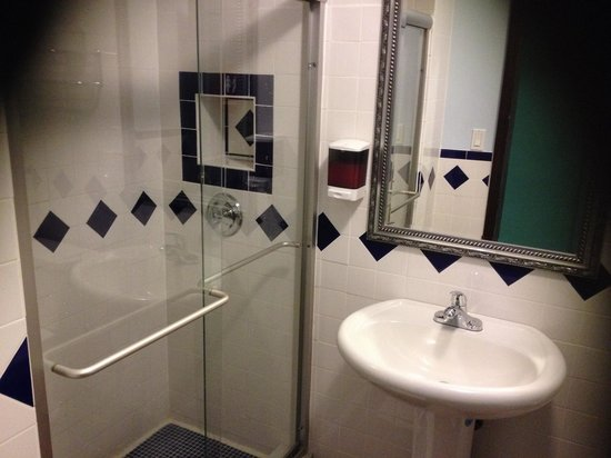 Broadway Hotel and Hostel : Clean bathrooms