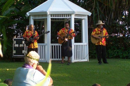 Hale Koa Hotel: Musicians at the luau