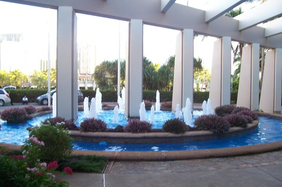 Hale Koa Hotel: Fountain at front of the hotel