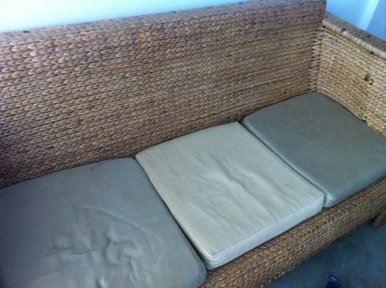 Saravoan-Kep Hotel: dirty sofa