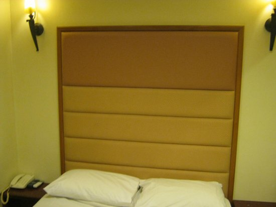 Hotel 81 - Gold : Headboard with accented lamps on either side