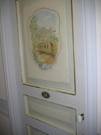Hotel Excelsior Parco: Paintings on every suite door.
