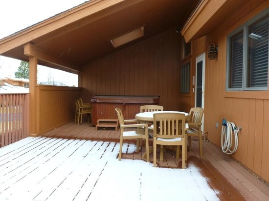 Wyndham Flagstaff Resort : Snowy deck and hot tub