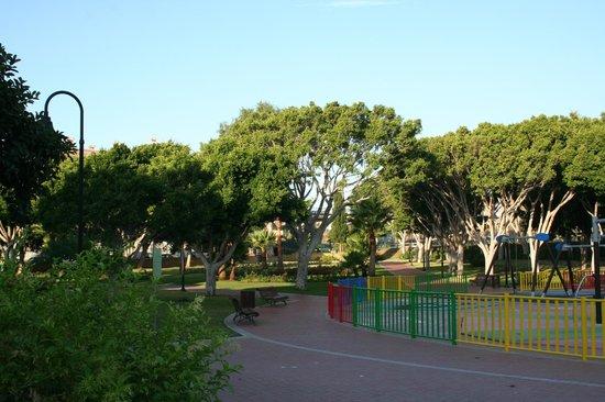VIK Gran Hotel Costa del Sol: Der Park mit Spielplatz unweit des Hotels