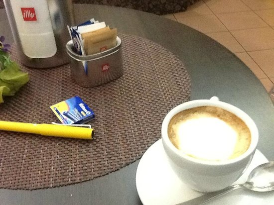The Salty Dog Cafe: Great coffee that morning before the train to Genova Nervi, free wifi