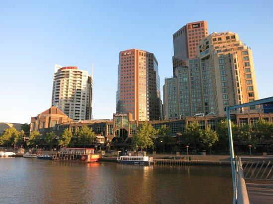 Quay West Suites Melbourne: QUAY WEST MELBOURNE: Exterior View from across the Yarra River