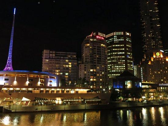 Quay West Suites Melbourne: QUAY WEST MELBOURNE: Exterior View at Night