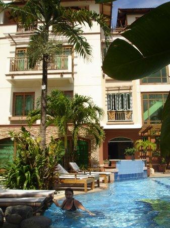 Boracay Beach Club: Вид на отель со двора