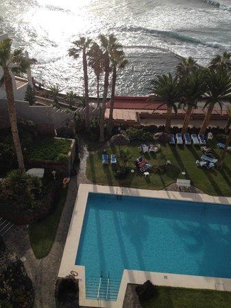 OCÉANO Hotel Health Spa: Blick  vom Balkon auf den Hotelgarten und Meeresschwimmbad