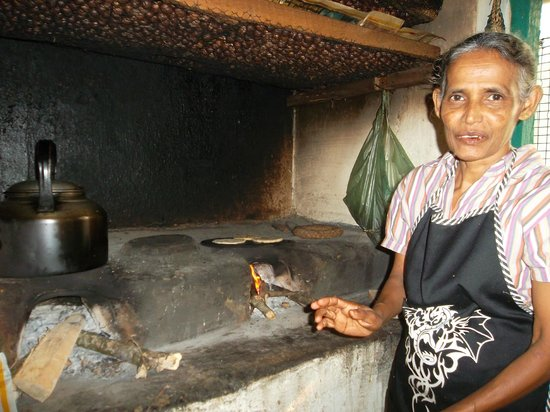 Halgolla Plantation Home : Padma cooking rotis on the fire